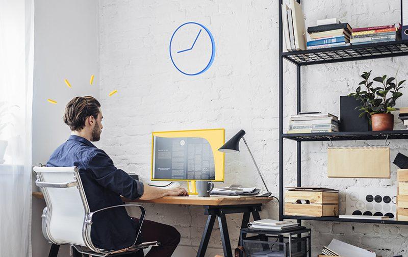 le télétravail : homme de dos travaillant à son domicile sur un ordinateur