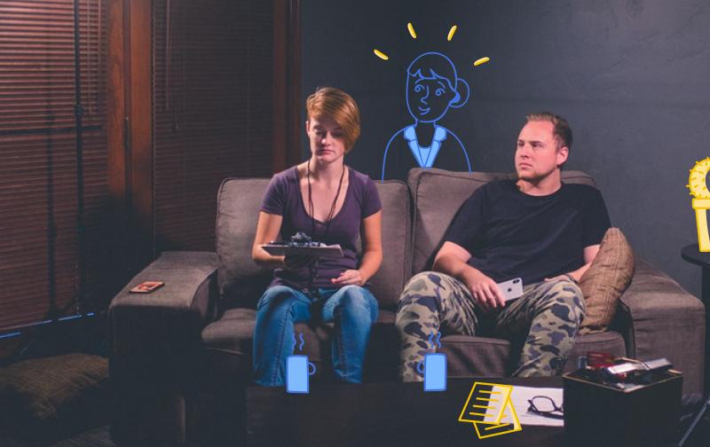 RGPD un homme et une femme assis sur un canapé avec un bloc note