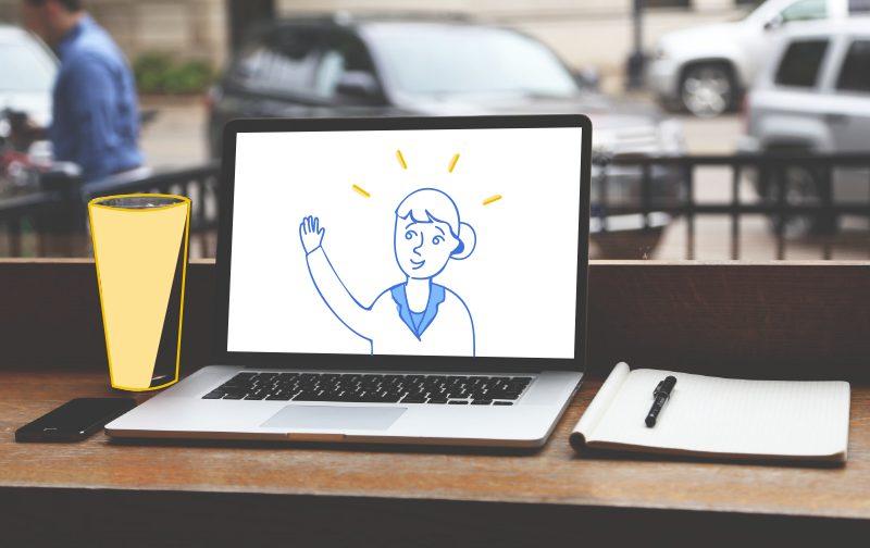 professionnels du burn out un bureau avec un ordinateur ouvert et un carnet avec un stylo posé dessus