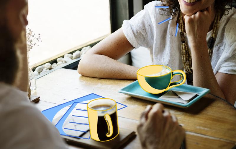 intelligence collective : deux femmes discutant à une table avec des cafés