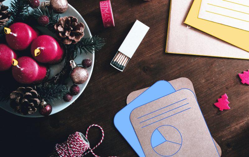 la culture d'entreprise une table avec des bougies, des fichiers et une clé USB