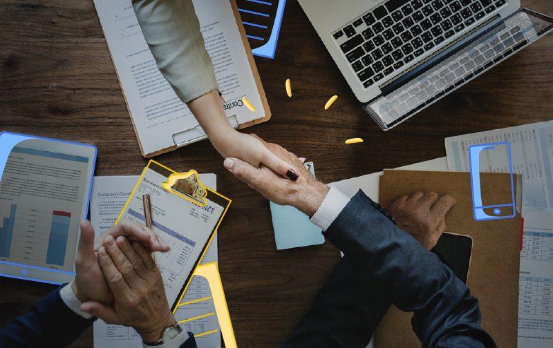 enjeux des managers : une poignée de main entre un homme et une femme