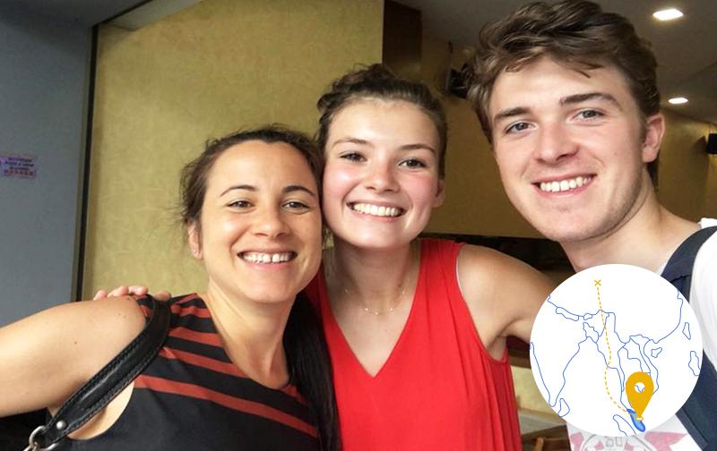 bien-être au travail en Malaisie : deux femmes et un homme prenant une photo et souriants