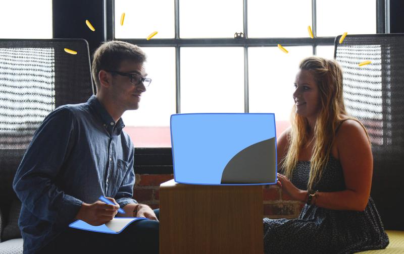 monde du travail : un homme et une femme parlant ensemble et regardant un écran d'ordinateur