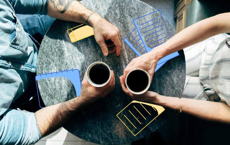 prendre soin de ses intestins, une table de café vu de haut avec deux personnes, tasses de café à la main.
