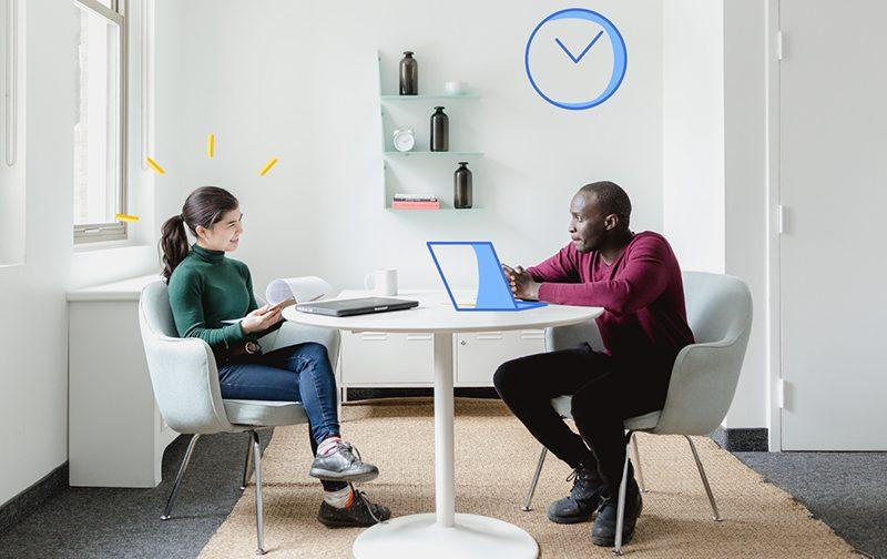 le label Osmoz deux personnes assises à une table avec des ordinateurs et discutant