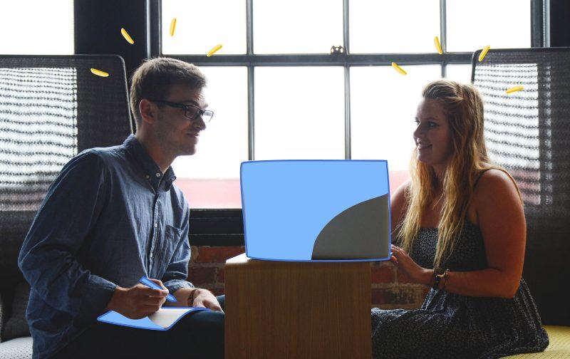 reconnaissance au travail, un homme et une femme autour d'un ordinateur portable devant une fenêtre