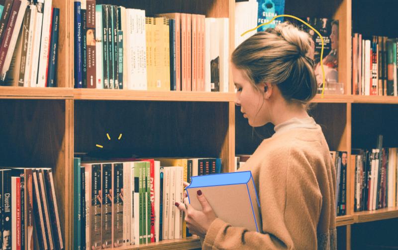 livres sur la Qualité de Vie au Travail, une femme devant une bibliothèque pleine de livres