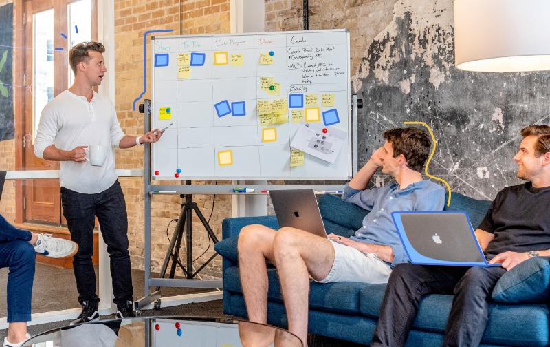 communication au travail, réunion autour d'un tableau