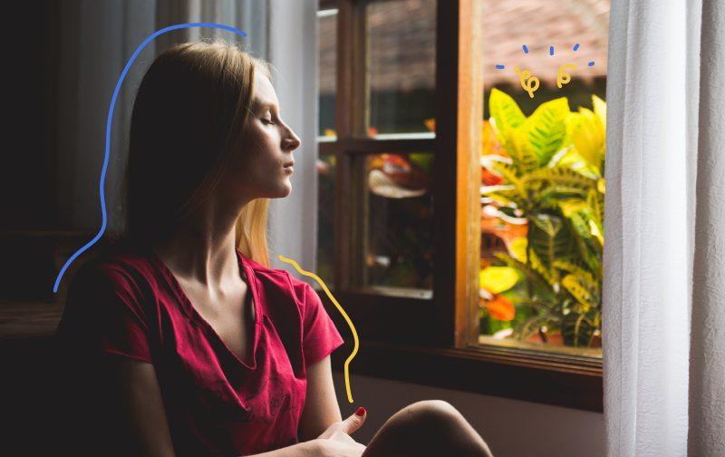 pause au travail, une femme qui regarde par la fenêtre