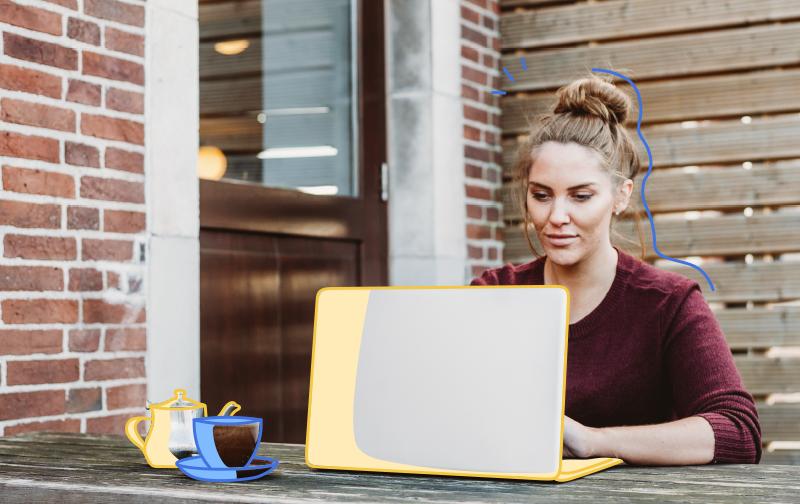 femme travaillant sereinement sur son ordinateur one-tasking