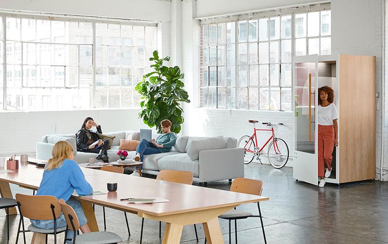 vie privée et vie professionnelle, 3 femmes dans un bureau aéré avec des plantes et des vélos