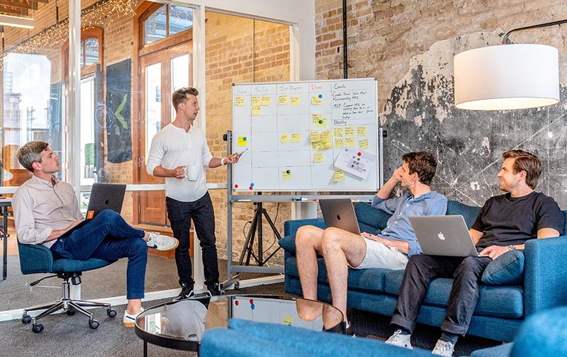 le changement en entreprise, une équipe dans une salle de réunion dans une ambiance détendu