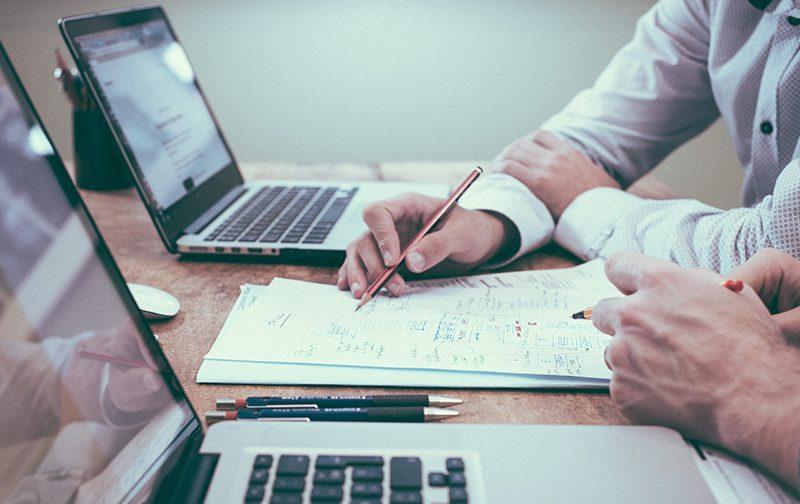 évaluation des salariés, avant bras de deux personnes travaillant sur des fiches de notation