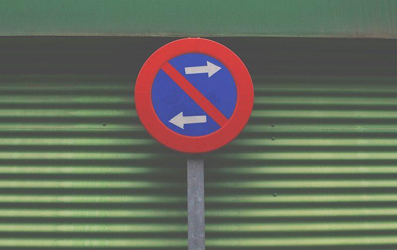 les nudges, panneau de signalisation devant un garage