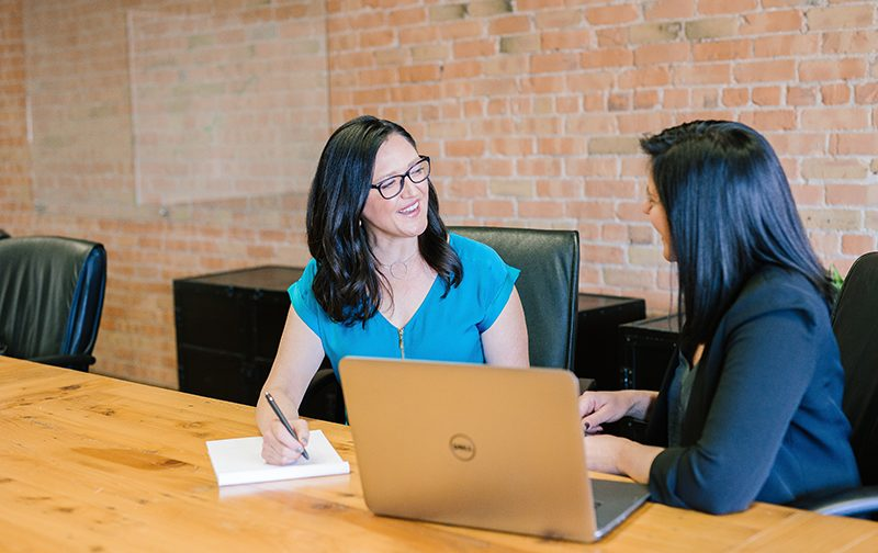 marketing du recrutement, deux femmes souriantes lors d'un recrutement d'embauche