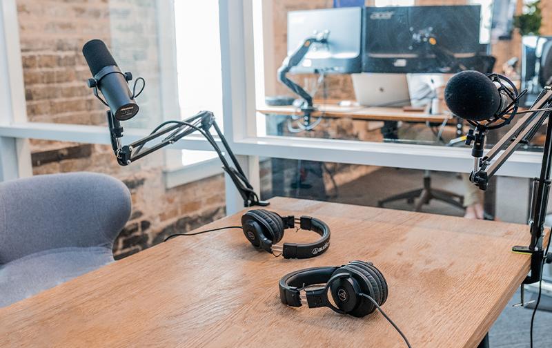 podcast QVT salle d'interview avec un micro et un casque