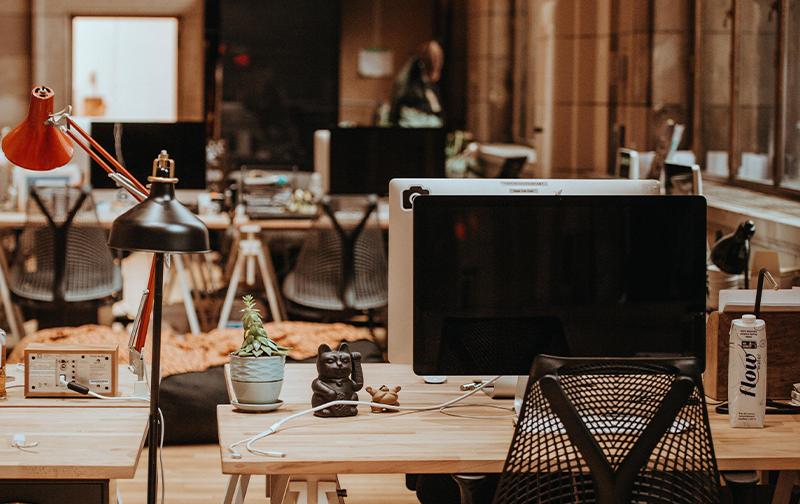 retour des salariés, bureaux modernes en bois, vide avec des écrans éteints