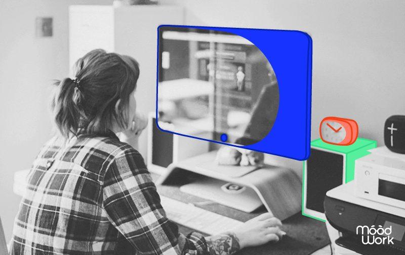 impact du télétravail, une femme avec une chemise à carreaux travaillant sur son ordinateur depuis chez elle