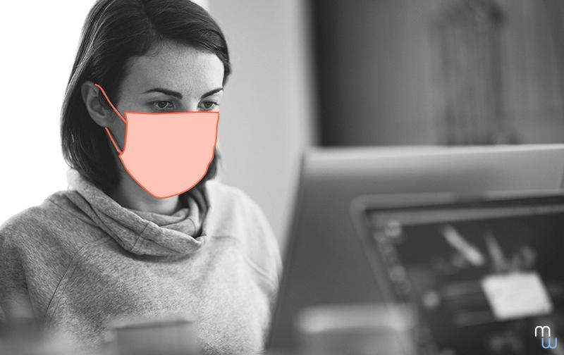 conséquences du confinement femme avec un masque travaillant sur un ordinateur