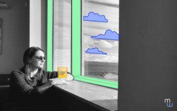 le droit à la déconnexion : femme avec des lunettes de soleil regardant par la fenêtre