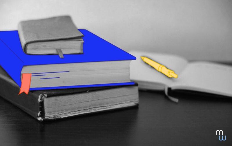 pse : trois livres posés les uns sur les autres sur une table