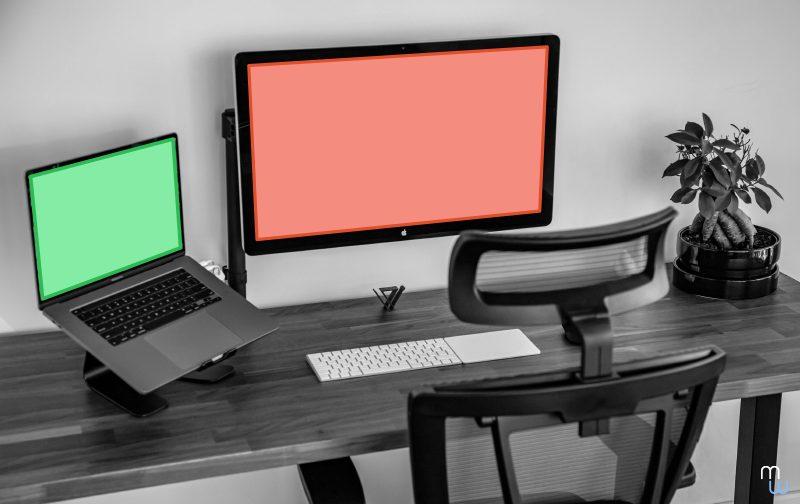 télétravail, mise en place du bureau en télétravail avec chaise ergonomique, ordinateur, clavier et plante verte