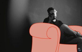 Homme en souffrance au travail, assis dans un canapé, se tenant la tête