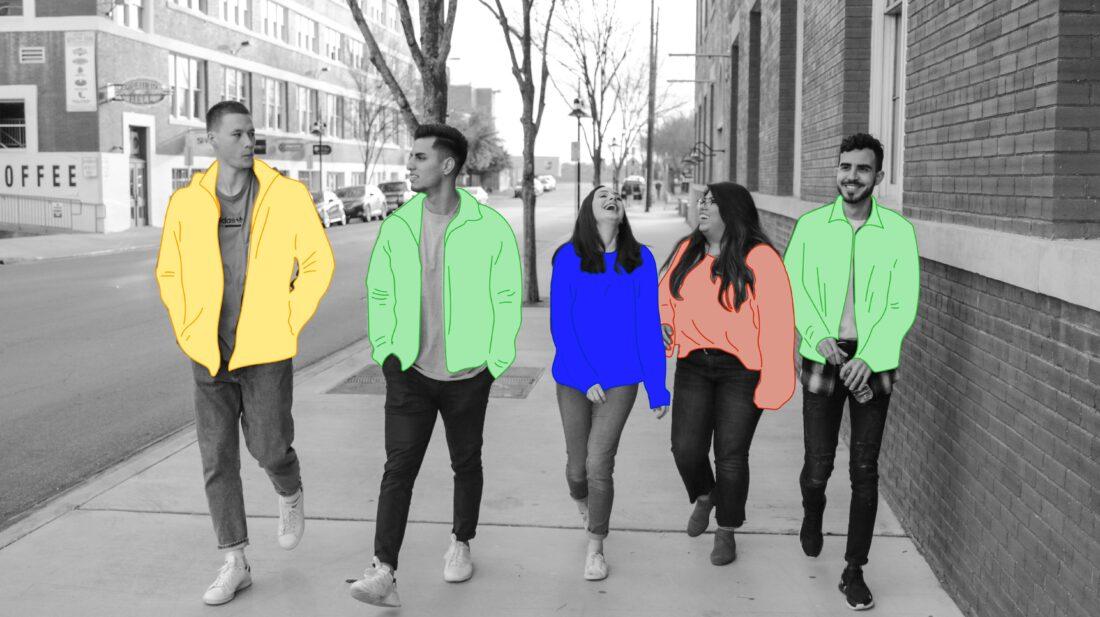Membres de la génération Z marchant dans la rue