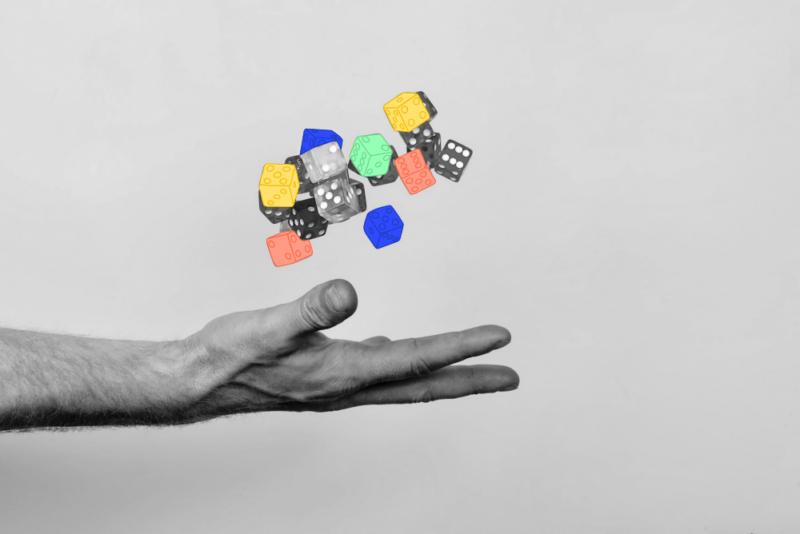 La gamification représentée par une main lançant des dés