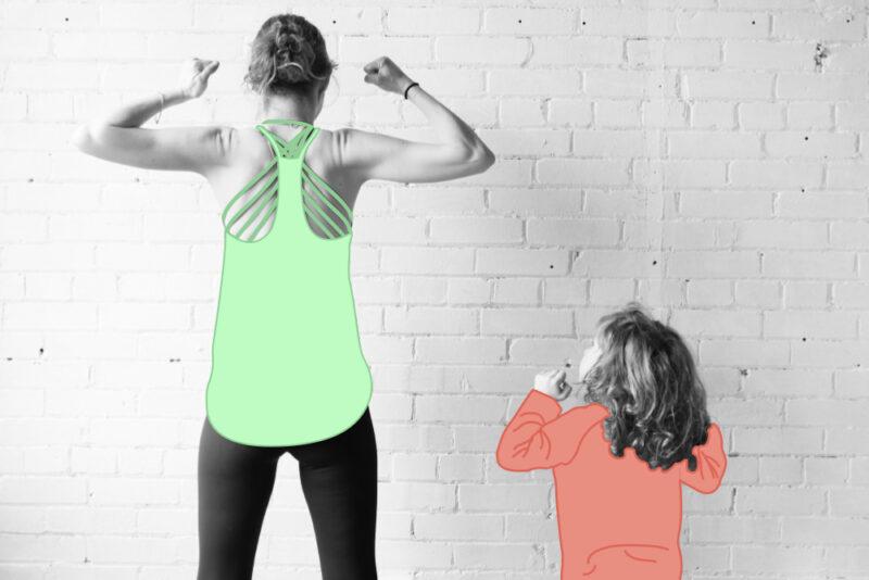 sens des responsabilités, une femme et un enfant levant les biceps