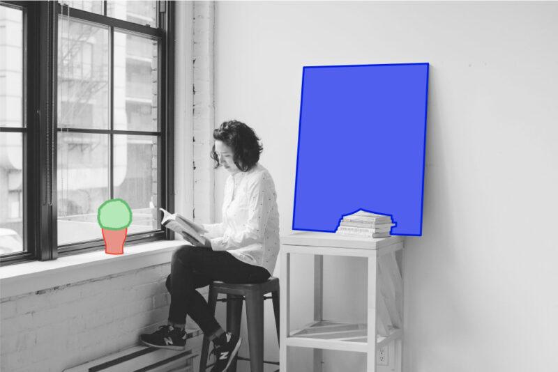 Prévention, une femme paisible lisant à sa fenêtre