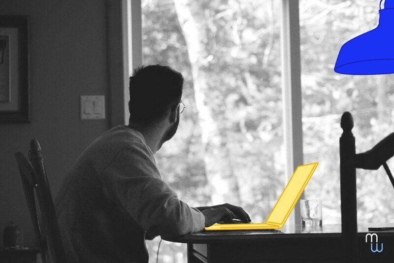 L'attention d'un homme se détourne de son travail, il regarde par la fenêtre