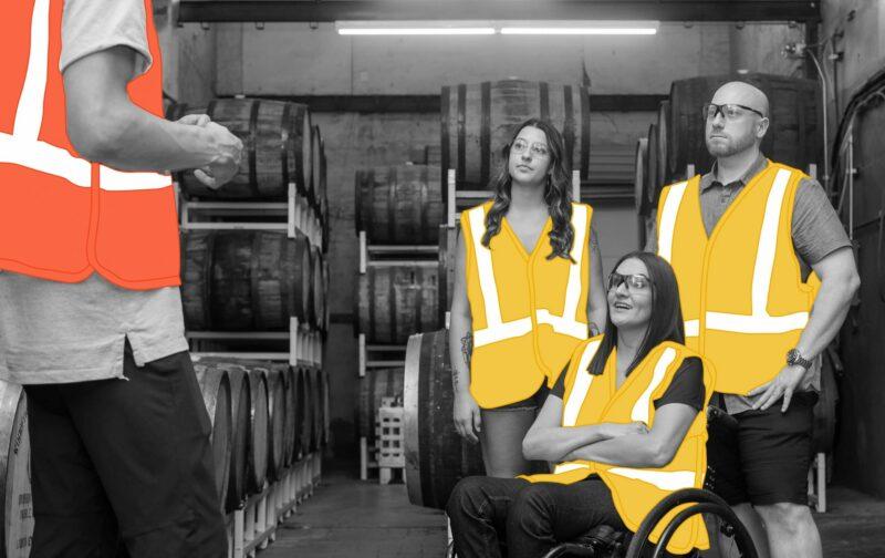Une personne en situation de handicap, dans un fauteuil roulant, et ses collègues